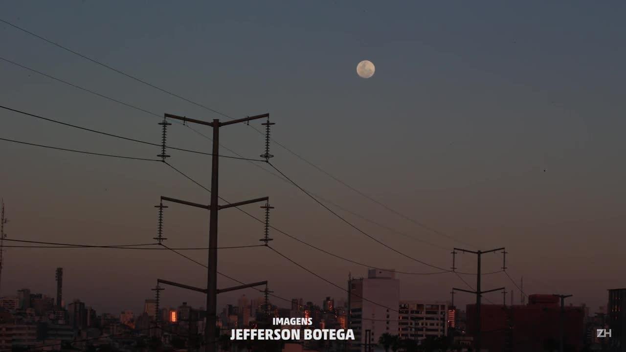 Superlua passeia pelo céu de Porto Alegre