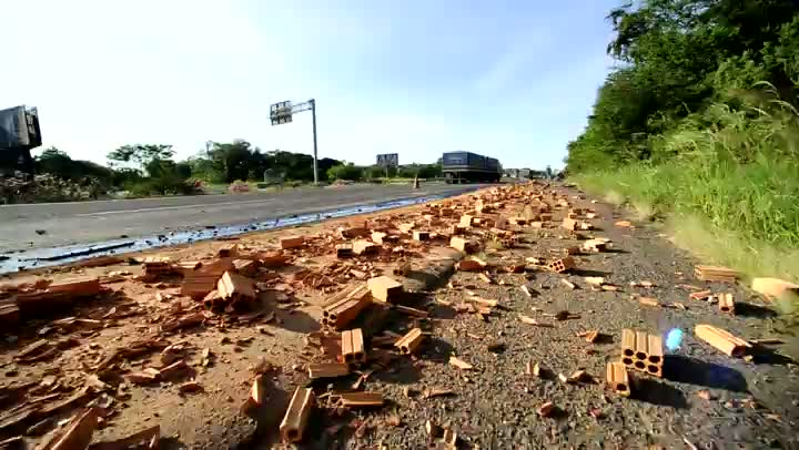 Acidente entre caminhões bloqueia a BR-101