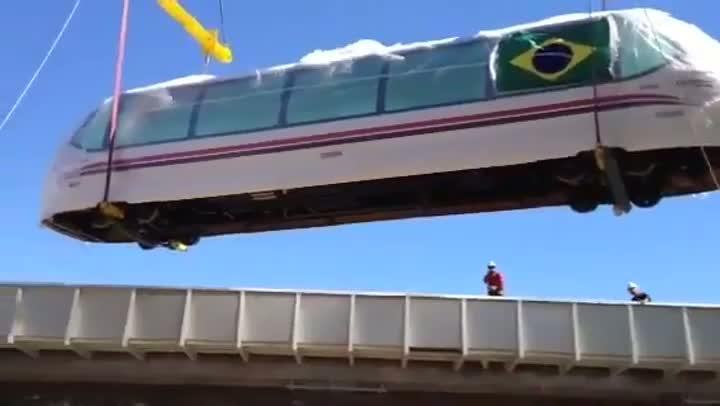 Aeromóvel é içado em Porto Alegre