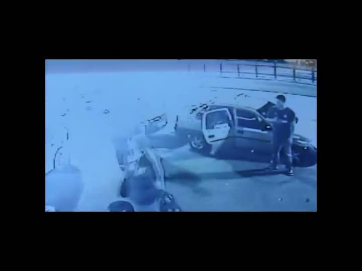 Imagens de câmeras de segurança mostram suspeito de assassinar taxistas no RS. 14/04/2013