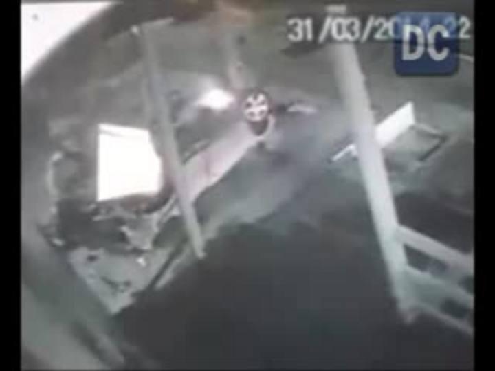 Suspeitos fogem da PM, capotam carro e veículo pega fogo em Chapecó