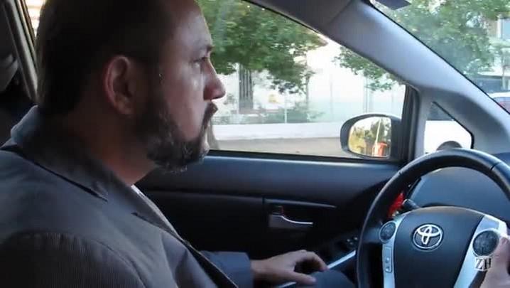 Taxista explica os benefícios de trabalhar com um carro híbrido