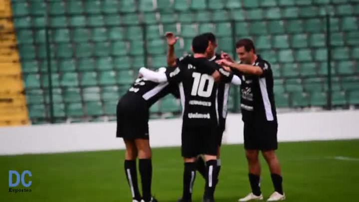 Albeneir marcar gol de pênalti no Estádio Orlando Scarpelli em partida festiva do Figueirense
