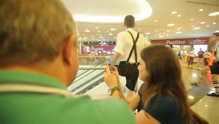 Flash mob de dança típica alemã movimenta shopping de Blumenau