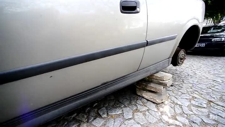 Carro tem as quatro rodas roubadas no bairro Farroupilha, em Porto Alegre