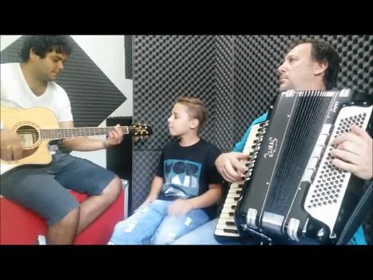 """Leonan Freli canta a música \""""Ai que saudade\"""""""