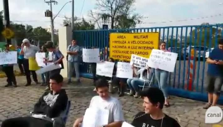 Manifestantes trancam saída de viaturas da Brigada Militar em Caxias