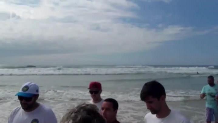 Gabriel Medina e Mineirinho saindo da água após competição