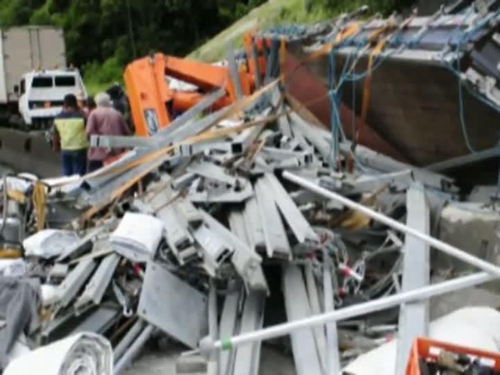 Caminhão que transportava material para show da Madonna no RS sofre acidente no Paraná