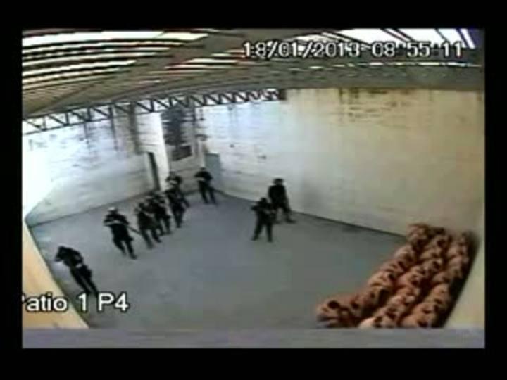 Imagens de circuito interno mostram violência no Presídio Regional de Joinville.