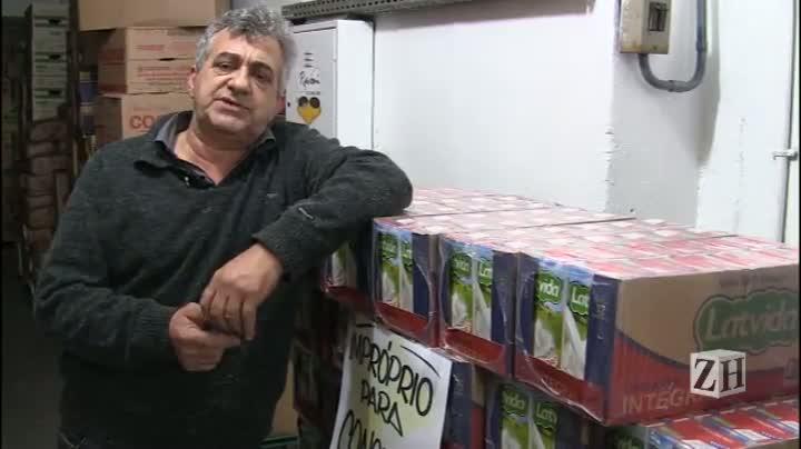 Supermercados retiram leite adulterado das prateleiras