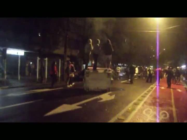 Moradores aplaudem ação da Brigada Militar após ataques de vândalos durante protesto em POA. 25/06/2013