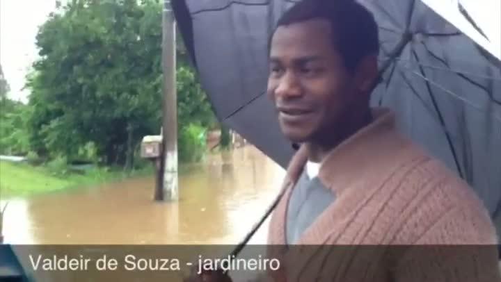 Famílias que moram na margem do Rio Caí retiram pertences de casa devido à cheia em São Sebastião do Caí. - 25/08/2013