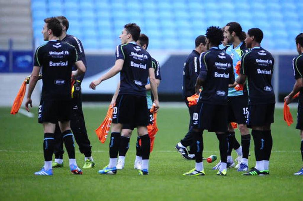 Jogadores do Grêmio fazem corredor polonês após rachão