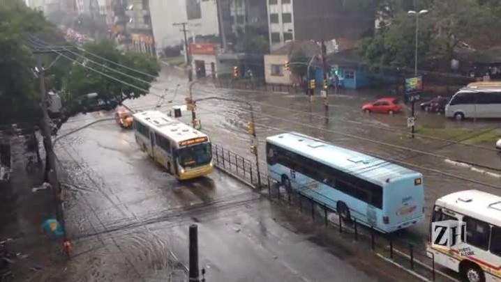 Alagamento causa transtornos na avenida Protásio Alves