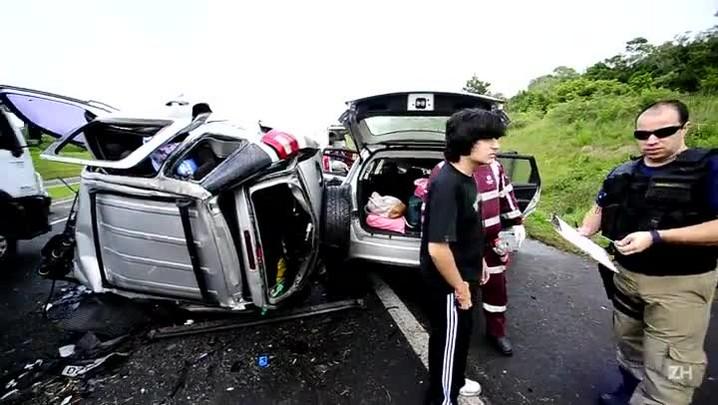 Veja como ficaram veículos após acidente na Freeway