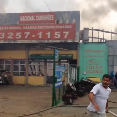 Incêndio atinge galpões na marginal da BR-101 em São José
