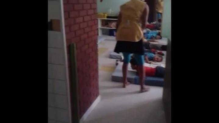 Professora é flagrada agredindo crianças em escola da Capital
