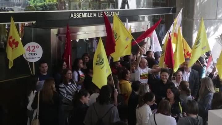 Servidores bloqueiam rua no Centro e acesso à Assembleia