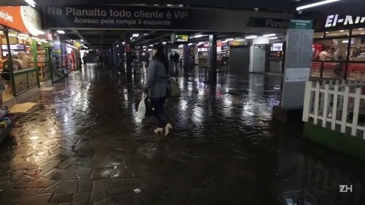 Rodoviária de Porto Alegre alaga pela quarta vez em dez dias