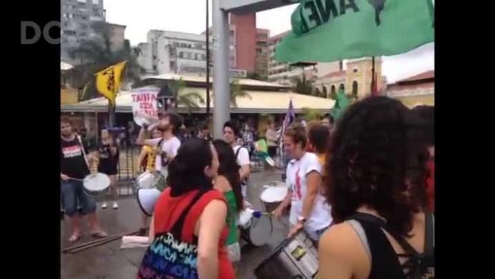 Grupo protesta contra o aumento da tarifa de ônibus de Florianópolis
