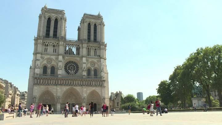 Carro com botijões de gás é encontrado em Paris