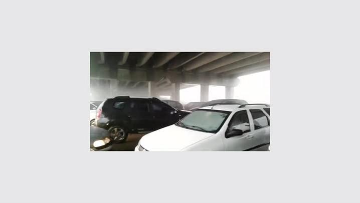 Motoristas se abrigam embaixo de viaduto na BR-101 em Capivari de Baixo