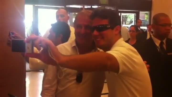 Zico tira foto com fãs no saguão do hotel