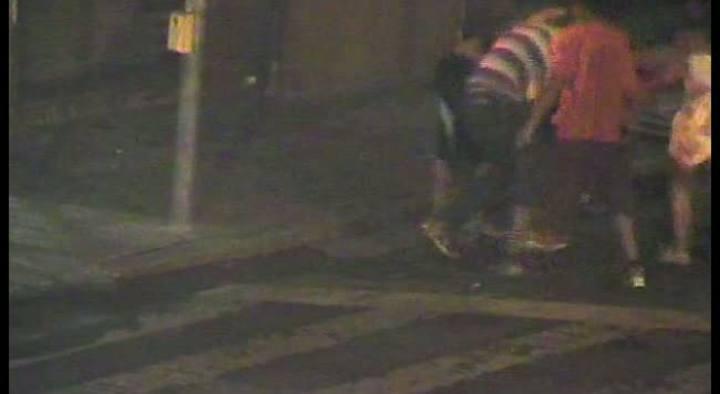 Câmera de segurança flagra agressão a morador de rua no centro de Porto Alegre