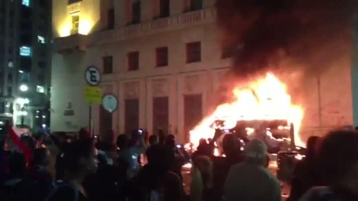 Manifestantes incendeiam veículo da imprensa durante protesto em SP - 18/06/2013