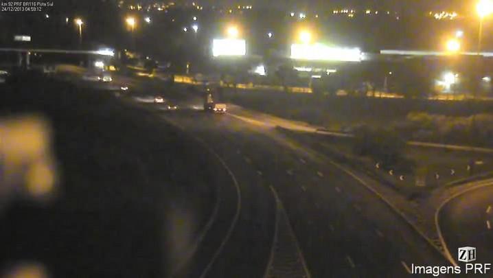 Imagens do momento em que caminhão bate em passarela na BR-290