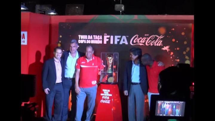 Taça da Copa do Mundo chega ao Brasil
