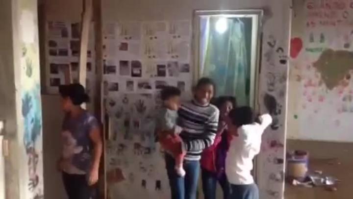 Crianças cantam música pedindo casa para morar