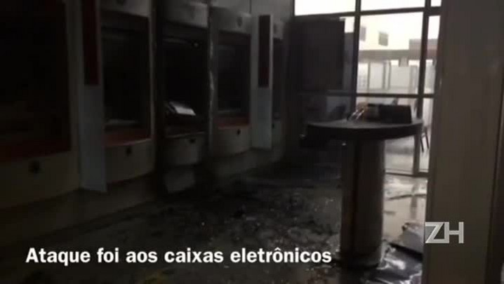 Bandidos incendeiam caixas eletrônicos
