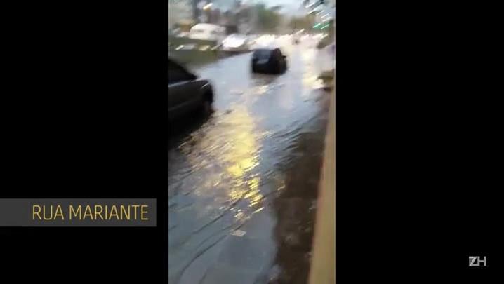 Rua Mariante alagada após chegada da chuva na Capital