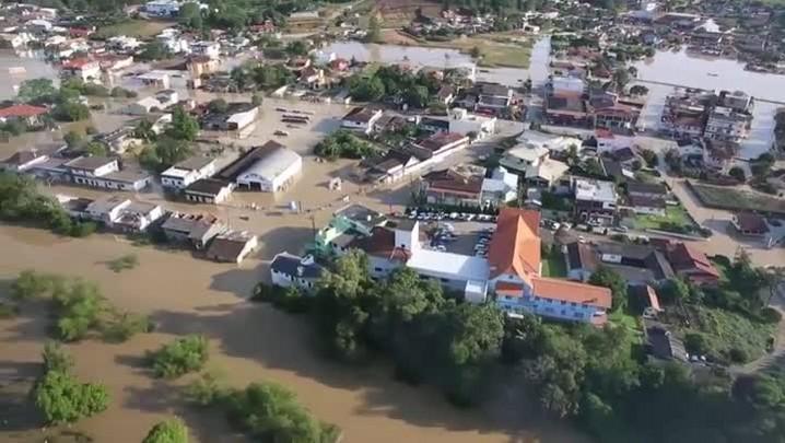 Governador Raimundo Colombo sobrevoa áreas atingidas pela chuva no Alto Vale do Itajaí