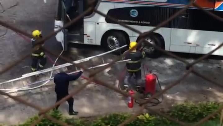 Ônibus da empresa Viação Santa Cruz pega fogo no pátio da empresa