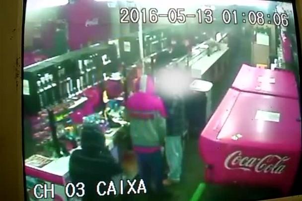 Câmeras registram assalto em lancheria de Santa Maria