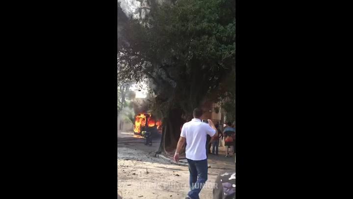 Bombeiros combatem incêndio em ônibus no bairro Petrópolis, em Porto Alegre