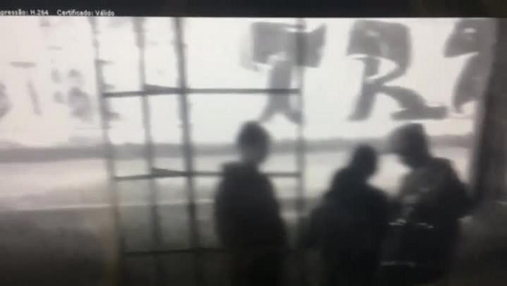 Polícia divulga imagens de adolescentes e crianças com armas e drogas no Centro de POA