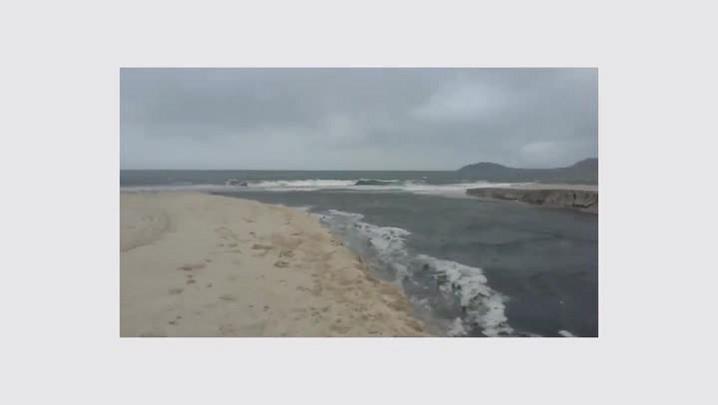 Barreira rompe e poluição do Rio do Braz invade o mar de Canasvieiras