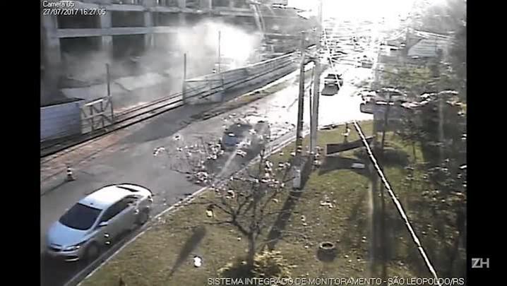 Câmera registra momento da queda de marquise de prédio em construção em São Leopoldo