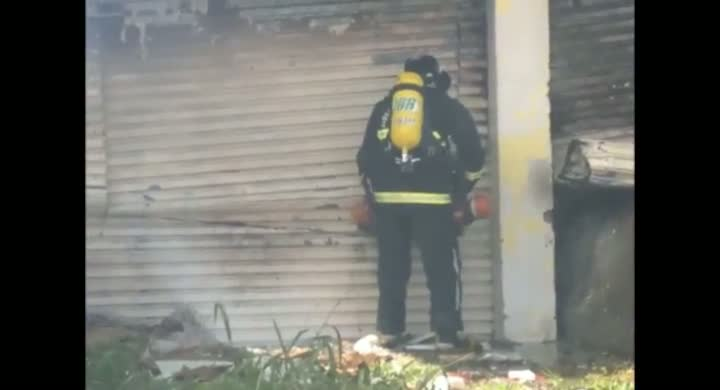 Incêndio destrói depósito de loja de móveis em Joinville