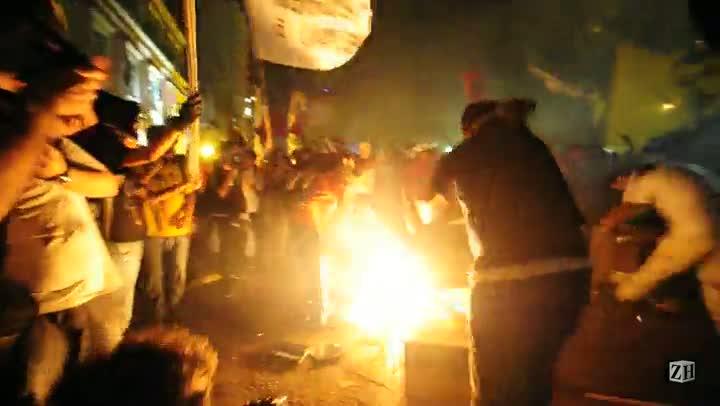 Manifestantes protestam em frente à casa de Fortunati