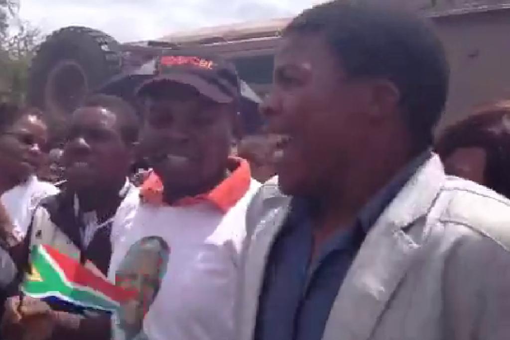 População aguarda passagem de cortejo fúnebre de Mandela com danças e cantorias