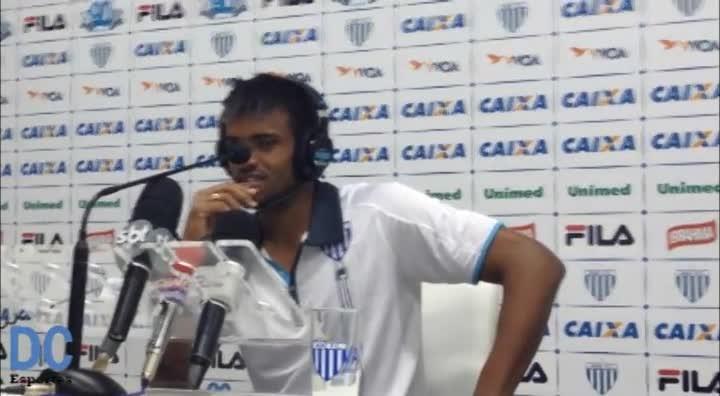 Anderson Lopes escuta narração de gol que marcou na vitória do Avaí