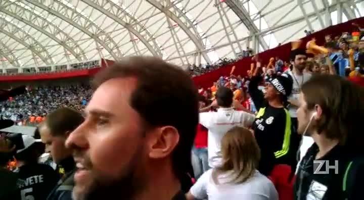 Gremistas comemoram gol de Giuliano na torcida mista