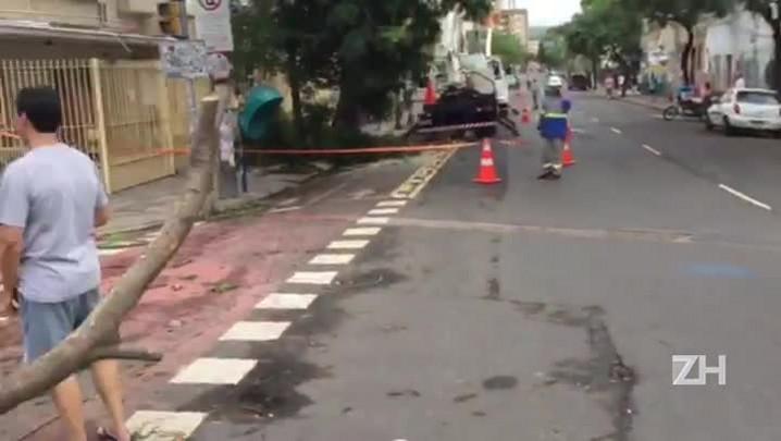 Moradores da Cidade Baixa fazem churrasco na rua como forma de protesto