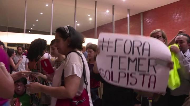 Aquarius estreia no Brasil com protestos anti-Temer