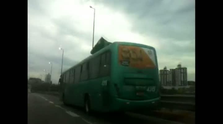 Ventania arranca pedaço de ônibus em Florianópolis